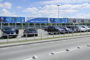 реклама на парковці аеропорта Львова